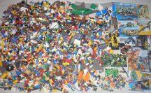 8 kg ÖMLESZTETT, VEGYES, KILÓS LEGO több, mint 60 db minifigurával, katalógusokkal, sok-sok kiegészítővel