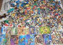 10,5 kg ÖMLESZTETT, VEGYES, KILÓS LEGO több, mint 70 db figurával, katalógusokkal (Technic, System...)